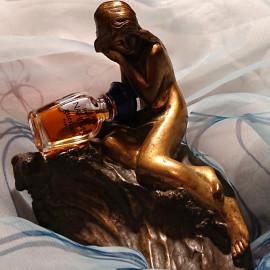 Die Nymphe sitzt auf ihrem Felsen, um sie herum nur Wasser und Nahema ...