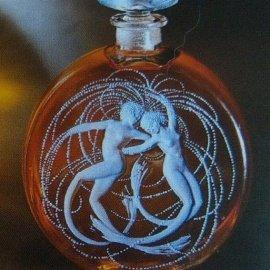 das Foto ist aus meinem Sammlerbuch abfotografiert, damit hier überhaupt ein Bild existiert. Der Flakon ist von Lalique und wurde für 54.795,- Euro versteigert.