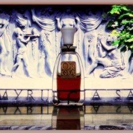 Orgia vor der kunstvoll gestalteten Hausfassade von Myrurgia in Barcelona
